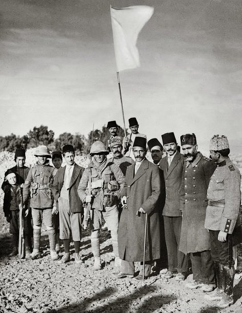 Surrender to British, 1917, mayor with white flag, mat00162 800